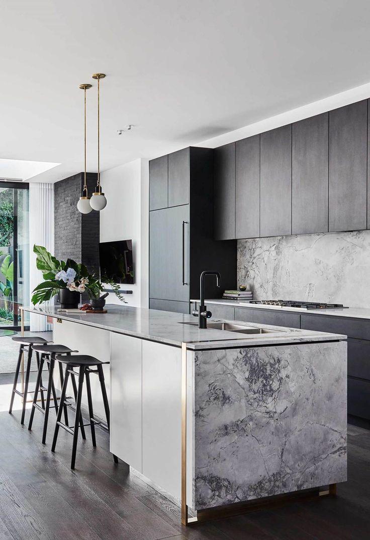 Cuisine: Des armoires sombres dans la cuisine font la pierre marbrée claire sur l …