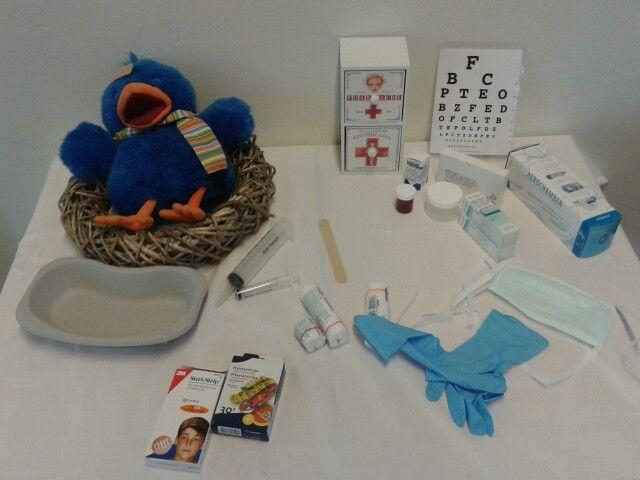 Raai ligt ziek in zijn nest op de thematafel.
