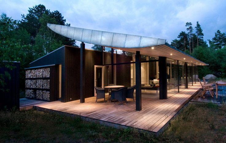 Den lange terrasse, der følger hele husets længde, skaber plads ...