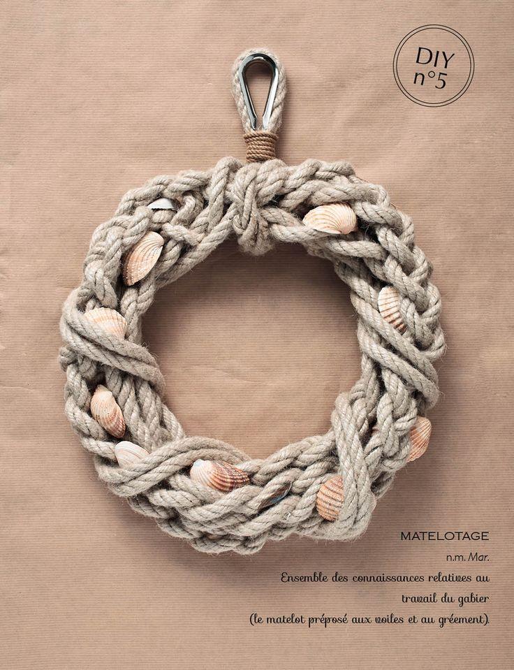 Une couronne marine réalisée en corde selon les techniques du matelotage