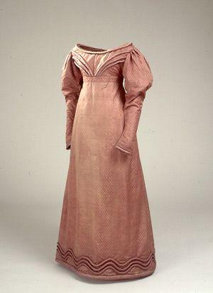 Wedding dress from 1816.  Brunrød silkekjole. Den senere højesteretsassessorinde Stellwagen, f. Thomsen, bar formentlig kjolen til sit bryllup i 1816. @Nationalmuseet