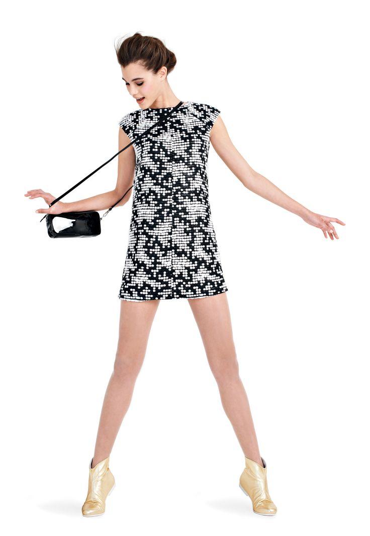 DISPONIBLE EN SEPTEMBRE - #courreges #lookbook #autumn #spring #fashion #women  Robe manches papillon, zips épaules et côtés noir et blanc / Bottines plates en cuir doré / Mini cabas bandoulière logo en cuir vernis noir Black and white butterfly sleeves dress with zips shoulders and sides / Gold flat low boots in leather / Black mini bag shoulder strap in patent leather www.courreges.com
