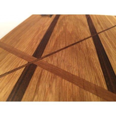 Deska kuchenna MIX  Idealna do serwowania potraw. Lub tradycyjnie do krojenia.  Jedyna w swoim rodzaju. Będzie stanowić element wystroju każdego stołu czy kuchni.  Wykonana dwóch gatunków drewna ( orzech , dąb ).  Wymiary: 21,5cm x 32cm x 1,3cm (szer x dł x gr )  Wszystkie deski wykonane są ręcznie i impregnowane naturalnymi olejami.
