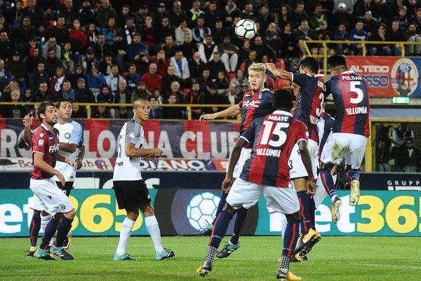 Giancarlo Gonzalez of Bologna FC heads the ball during the Serie A match between Bologna FC and FC Internazionale at Stadio Renato Dall'Ara on September 19, 2017 in Bologna, Italy.