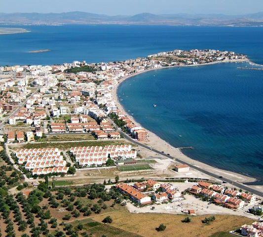 Çandarlı/Dikili/İzmir/// Çandarlı, İzmir'in Dikili ilçesine bağlı bir mahalle. Önemli bir turizm merkezidir. İzmir il merkezine 100 km, Dikili ilçe merkezine ise 22 km uzaklıktadır.