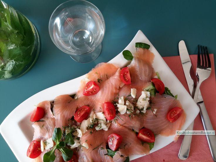 Carpaccio van zalm is een zeer smaakvolle koolhydraatarme lunch. Gezond met lekker veel verse sla erbij en extra avocado olie.