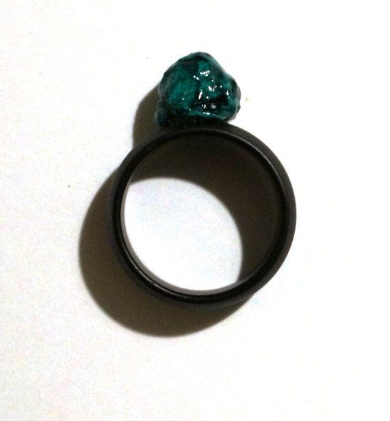 Anello design nero e verde fatto a mano a di LaMancinaGioielli