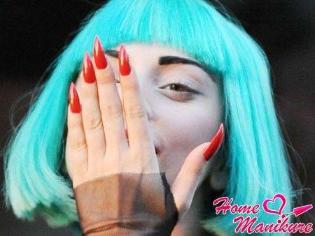 острые красные ногти Леди Гаги