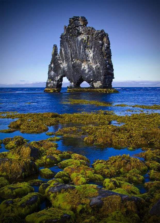 Le troll pétrifié de HvítserkurIl n'est pas rare, en Islande, de croiser de gigantesques créatures mythologiques. Comme ici, à Hvítserkur, dans le fjord de Húnafjörður. Selon la légende, cet imposant rocher serait un troll qui aurait été surpris par l'aube et pétrifié par la lueur du jour. D'autres y voient avant tout un bloc basaltique d'une quinzaine de mètres de haut, modelé au fil du temps par l'érosion. Les fondations du rocher à deux arches ont été renforcées par l'homme afin…