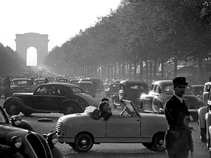 France. Les Champs Élysées Paris 1955 // Photo: Ernst Haas……réepinglé par Maurie Daboux۰⋱‿✿╮