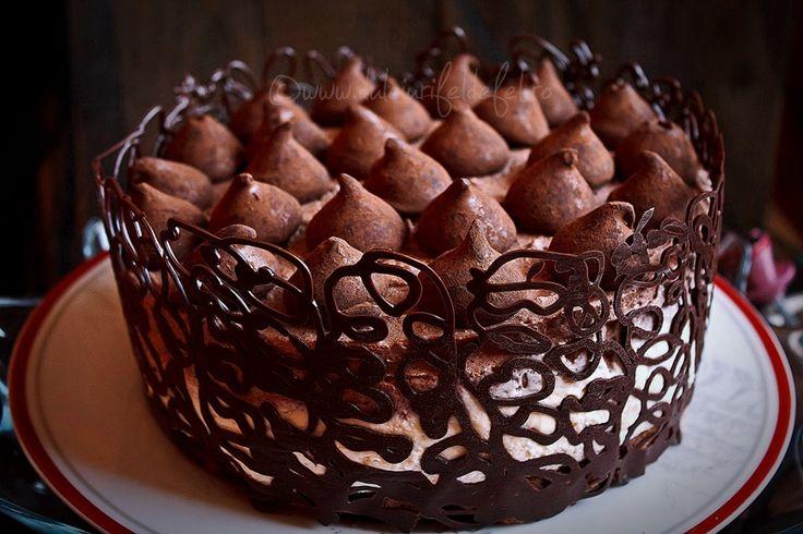 Mod de preparare Tort cu mousse de ciocolata: Blat: Punem intr-un vas ciocolata rupta bucatele, untul, uleiul si smantana pentru frisca. Punem vasul pe foc mic (sau la baine marie) si amestecam continuu pana obtinem o compozitie omogena. Dam deoparte si lasam la racit. In crema de ciocolata racita, adaugam…