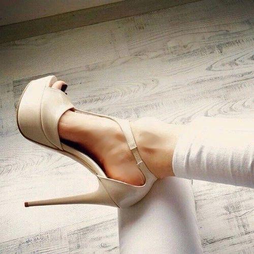 T-strap nude platform high heels sandals. Tacchi Close-Up #Shoes #Heels #Tacones