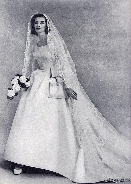 1960 Apparition de la robe empire ! Chapeau, voile bouffant et imposant, on voyait les choses en grand !