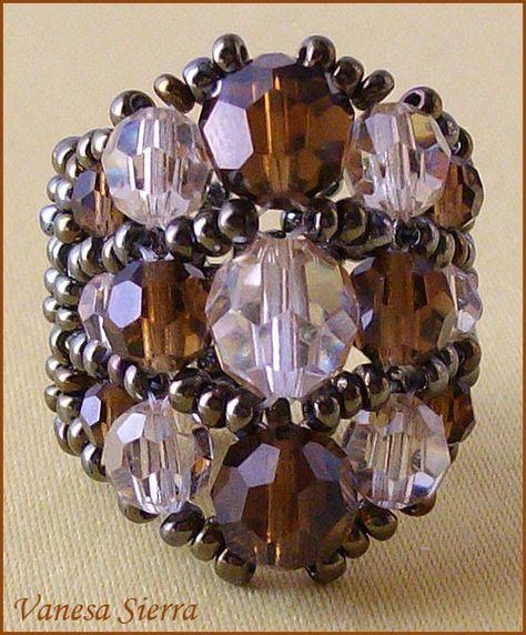 Este anillo es igual q otro que hice Cristal y Negro , me gusta mucho la combinación de los colores y que pega muy bien con la ropa de ese c...