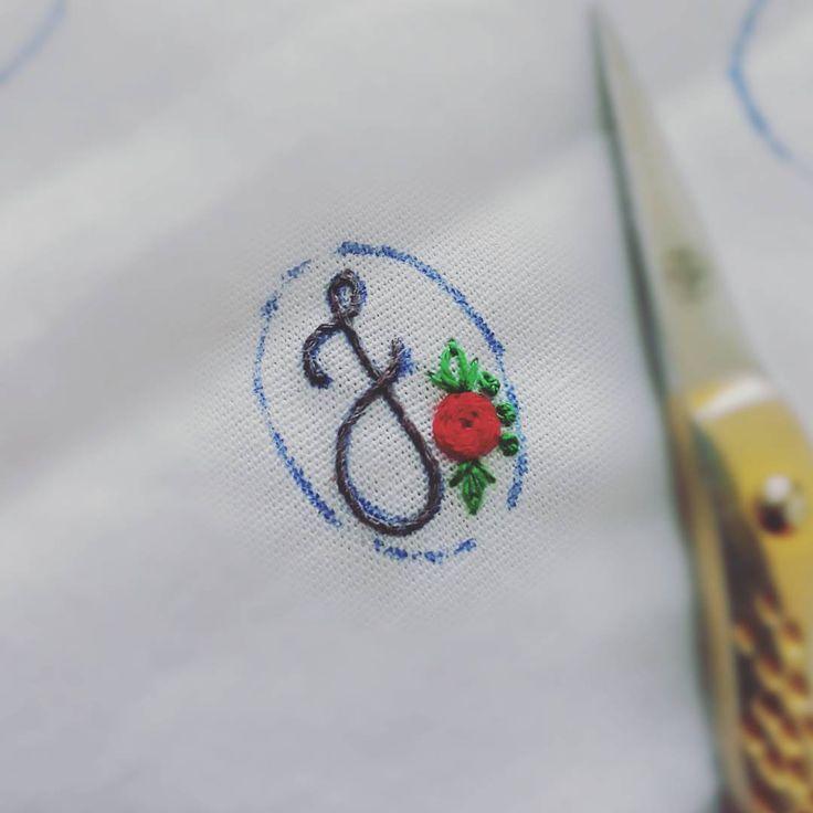 """20 curtidas, 5 comentários - Um Pontinho (@umpontinhobordados) no Instagram: """"Conhece alguém com o nome que começa com a letra J? ❤❤❤ #umpontinho #bordado #embroidery #j…"""""""