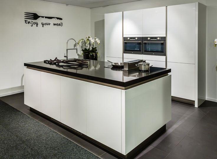 Moderne keuken met veel ruimte in eiland