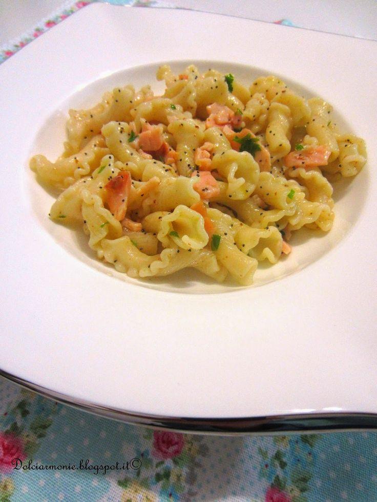 I gigli Toscani con salmone,bottarga e semi di papavero e.......non andate al super se indossate un maglione rosso !!!!