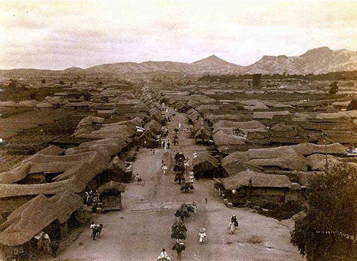 1880년 종로.  동대문(흥인지문) 성곽위에서 촬영.