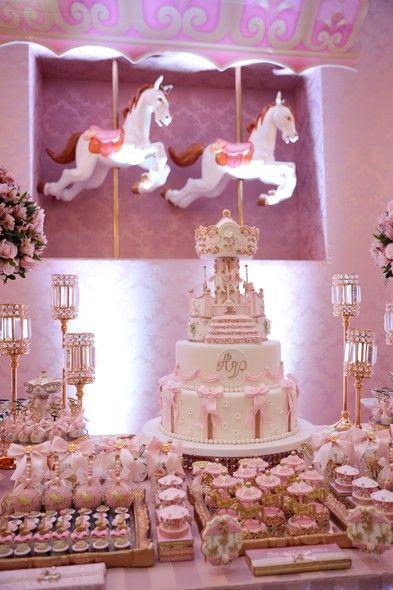 Tema de festa: Carrossel  Fabiana Agustinho, da Douce Enfant, produziu uma festa de 1 ano requintada, com muito brilho e cor-de-rosa. Vem ver!