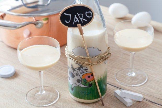 Máme pro vás klasický recept na domácí vaječný koňak, který můžete předložit na Velikonoce koledníkům. Uskladněte ho v láhvi na mléko (velký výběr najdete na našem e-shopu), třeba se tak Velikonoc spíš dožije.