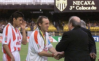 Partidos Historicos: Mundial de Clubes 2000 | REAL MADRID 1-1 NECAXA (3-4 Penales)...  Alex Aguinaga recibe su medalla de tercer lugar de manos del Presidente de FIFA Joseph Blatter