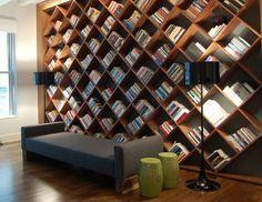 Que tal ter uma biblioteca em casa?! Essa é uma maneira interessante de aproveitar paredes vazias e conseguir mais espaço para guardar seus livros.