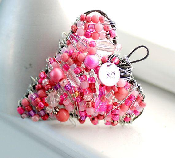 malletje maken in hartvorm, ijzerdraad rijgen met roze kraaltjes én omwikkelen :)