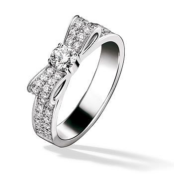 薬指をリボンで結んだような愛らしいデザイン。 *エンゲージリング 婚約指輪・シャネル*