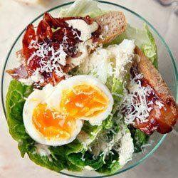 Sałatka Cezar z jajkiem i chrupiącym boczkiem | Kwestia Smaku