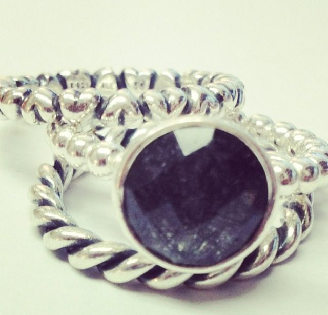La collection de bagues Pandora en argent massif, en or 14 ou 18 carats composées d'une multitudes de pierres précieuses serties main.Exprimez votre personnalité en combinant plusieurs de nos bagues Pandora. Jouez, associez, matières, couleurs et formes. Certaines de nos bagues sont assorties à un charm de votre bracelet. Les combinaisons sont illimitées . Mélangez et associez autant que vous le voulez, soyez vous même...soyez unique. http://www.bijoux-et-charms.fr/42-bagues-pandora #pandora