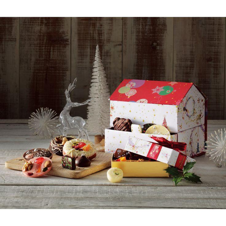 クリスマスのパッケージデザインのかわいいチョコレートやクッキー、お菓子の詰め合わせは、クリスマスパーティーの差し入れやギフト、お配りのお菓子にもおすすめ!色鮮やかな見ているだけでもクリスマスの世界観あふれる楽しいお菓子や焼き菓子は毎年大好評!この時期ならではのデザインを心待ちにしているファンもたくさんいます。