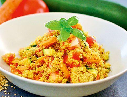 Der lauwarme Couscous-Curry-Salat mit Zucchini und Tomate ist glutenfrei.