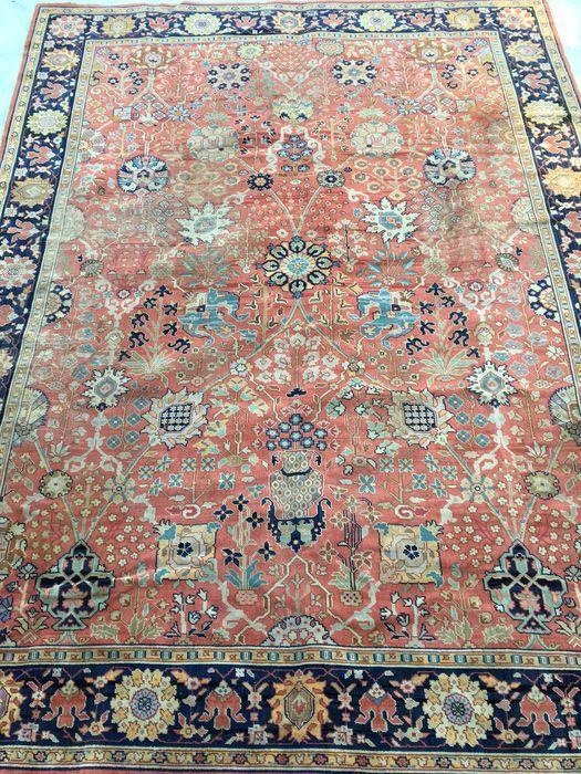 """Semi-Antiek Museum tapijt - Oushak met """"smid"""" ontwerp door William Morris - Mid. van 20e eeuw. Eeuw - 247x345 cm  Herkomst: OushakGemaakt in TurkijeGemaakt in het midden van de 20e eeuw. EeuwWol op wol.Het tapijt heeft de afmetingen: 247 x 345 cm Knopen: 160.000 in een vierkante meterDit tapijt is speciaal met 100% natuurlijke plantaardige kleuren. In Terracota kleur.Met certificaat.Aangetekende verzending.Antieke Turkse Oushak tapijten zijn geweven in West Turkije vanaf het begin van de…"""