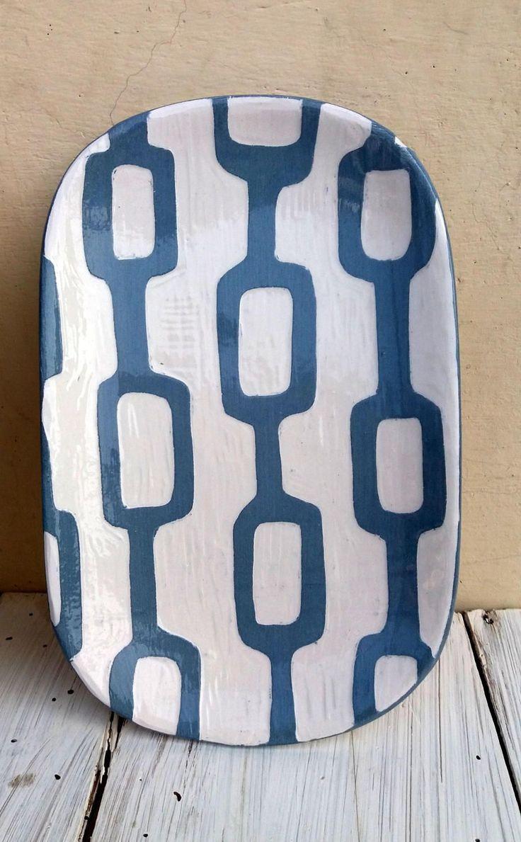 Piatto ovale decorato fatto a mano / decorazione geometrica / decorazione a graffito / geometric decoration / blue and white di QBceramics su Etsy