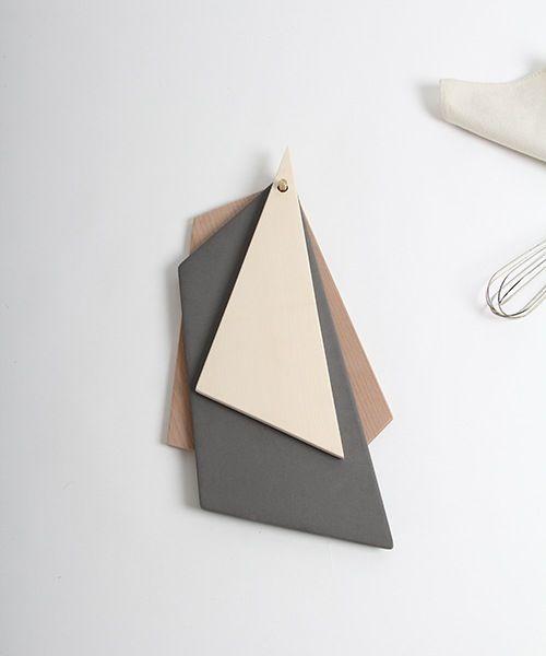 Das vierteilige Set besteht aus zwei Schneidebrettern, einer Keramikplatte und einem Messingwandhaken. Einzeln oder als Komposition auf dem Tisch können sie zum Schneiden oder Auftischen von Essen verwendet werden. Zum Aufbewahren werden die einzelnen Teile nicht im Schrank versorgt sondern ergeben, durch ihre verschiedenen geometrischen Formen, ein stimmungsvolles Wandobjekt. Die Schneidebretter bestehen aus Ahorn- und Buchenholz, die Keramikplatte wird aus Steinzeug von Hand herge...