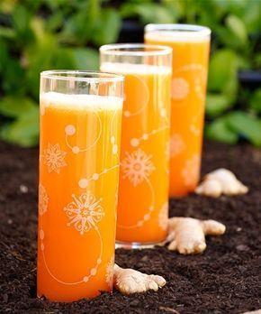 Shot i förkylningstider Shot i förkylningstider 1 shot 1 tsk honung 1 liten chilifrukt (eller en nypa pulver) ½ citron ½ apelsin 1 vitlöksklyfta 10 g färsk ingefära 10 g färsk gurkmeja eller ½ tsk pulver 1. Skölj de ingredienser som behöver sköljas. Jag brukar låta ingefärans och gurkmejans skal vara kvar. 2. Häll honung och chilipulver (om du använder det) i glaset. Skala apelsinen och citronen tunt, den vita hinnan under skalet är näringsrik och ska inte tas bort.