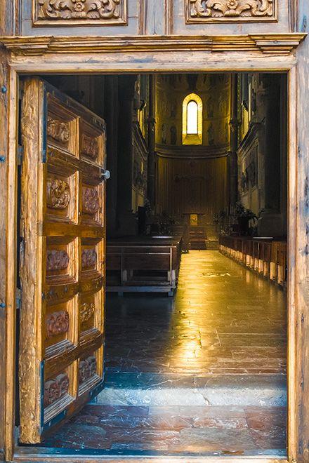 Cefalù - Blick durch die Eingangstür in den Dom. Durch das Fenster fällt morgens die Sonne - ein magischer Moment!  http://www.trip-tipp.com/sizilien/ausfluege-stadt/cefalu.htm#Dom #sizilien #sicily #sicilia #cefalu #cefalù #travel #urlaub