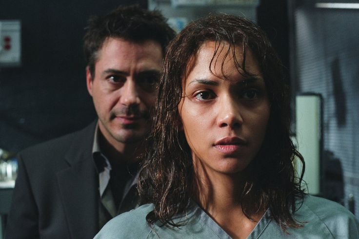 Still of Robert Downey Jr. and Halle Berry in Gothika (2003)