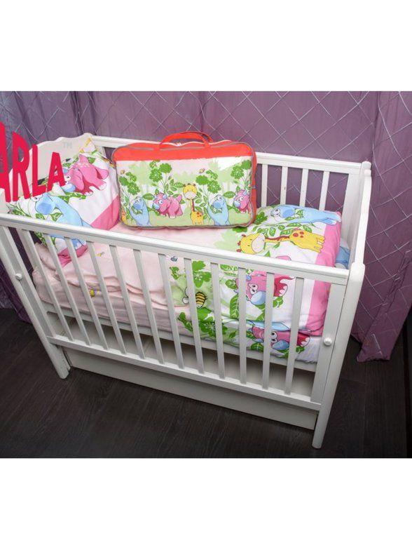 Комплекты постельного белья в кроватку для новорожденных и детей до 10 лет.  Детское постельное белье, которое мы предлагаем, отличается не только оригинальными, красивыми расцветками, но и высоким качеством пошива.  Детское постельное белье требует особых стандартов качества, оно должно состоять исключительно из натуральных материалов, которые не вызывают аллергии. Все детское постельное белье Farla соответствует этим нормам и стандартам качества.  Порадуйте своего малыша ярким постельным…
