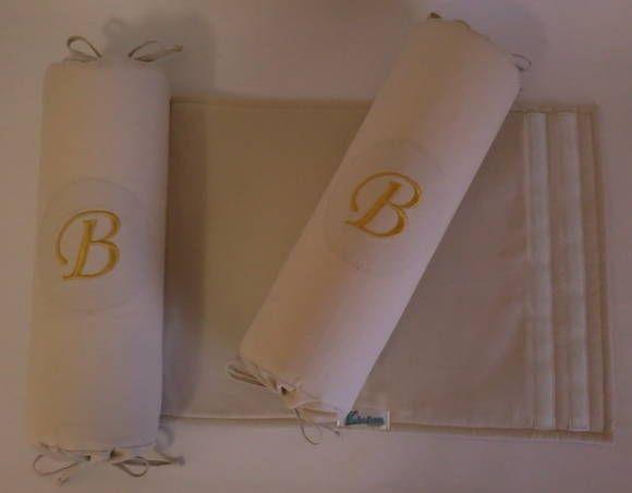 Segura Neném todo confeccionado em tecido 100% algodão.  Base em tecido com enchimento em manta acrílica.  Rolinhos laterais em espuma tubular revestida com tnt, capa em tecido 100% algodão, fechamento nas pontas com cordinhas de viés e velcro em um dos rolinhos para fixação na base.  *Os tecidos para base e rolinhos poderão ser escolhidos. Consulte disponibilidade de cores e estampas. **Os rolinhos poderão ter as inicias do bebê com bordado à máquina. ***Produto lavável. R$ 45,90