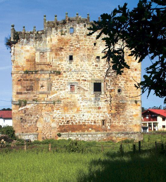 La torre de Hoyos, en Villanueva de la Peña, se declaró Bien de Interés Cultural en 2003.