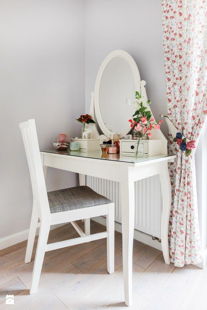 Dodatki w sypialni - kobiecy kącik - toaletka - zdjęcie od Decoroom - Sypialnia - Styl Prowansalski - Decoroom