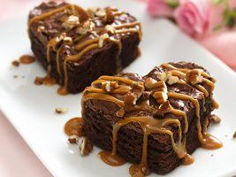 Caramel topped brownies cut into hearts.Valentine Day Ideas, Desserts Recipe, Holiday Parties, Heart Shape, Chocolates Desserts, Cookies Cutters, Brownies Heart, Chocolates Brownies, Caramel Brownies