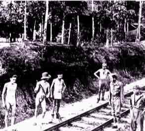Dwangarbeiders werkend aan een spoorlijn.