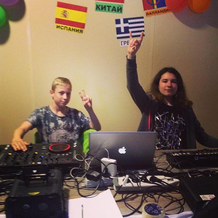 А это Петя и Надя, которые после нашего диджеинга уже абсолютно самостоятельно ведут дискотеки и сопровождают все вечерние мероприятия :) #nextcamp #диджеинг
