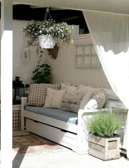 sur la terrasse couverte, un voilage en plus ...