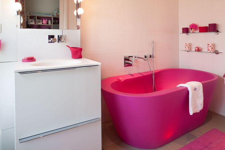 salle de bains pour jeune fille avec baignoire lumineuse rose fuchsia a retrouver sur www. Black Bedroom Furniture Sets. Home Design Ideas