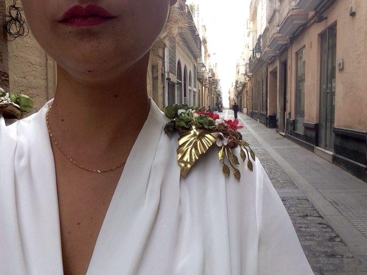 Hombreras hojas flores  Evento boda invitadas  www.emedepetra.com