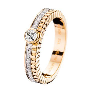 Кольцо для помолвки из желтого и белого золота с бриллиантом круглой огранки и бриллиантовым паве