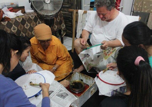 Belajar Membatik pada event kreatif Ngebatik Sekampung 2014 @Kampoeng Batik Palbatu  Menyintai Indonesia Melalui Batik  www.kampoengbatikpalbatu.com  #batik #belajarbatik #kampungbatik #batikbetawi #jakarta